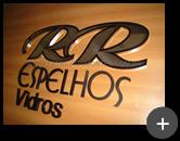 Letreiro com letras em inox polido com alto brilho para empresa RR Espelhos e Vidros