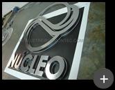 Letreiro com logotipo inovador fabricado com material nobre de inox polido refletivo em formato geométrico