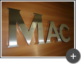 Letreiro da Mac com letras de inox com alto brilho
