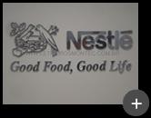 Letreiro Nestlé com logotipo e letras produzidas em material nobre em aço inox polido