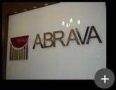 Letreiro com letras de inox polido e logotipo colorido para Abrava