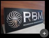 Letreiro de aço inox polido com letras e logotipo inovador em formato geométrico para empresa RBM