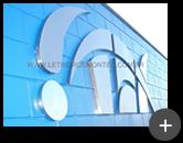 Logotipo produzido com material de aço inox polido em variados formatos geométricos como; circular e triangular