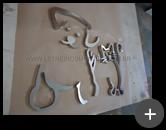 Logotipo de aço inox polido com formato em desenho de um Gato