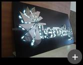 Letreiro com iluminação através de lâmpadas de leds, produzido em acrílico com logotipo em formato geométrico para a empresa Temaky