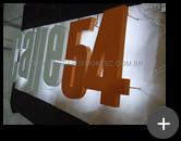 Letreiro de leds com passagem da fiação por trás do painel para a iluminação do letreiro do restaurante Calle 54
