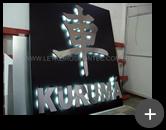 Letreiro com leds fabricado com logotipo em formato de letra do alfabeto Japonês iluminado através de lâmpadas de leds - Empresa Kurumá