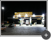 Letreiro do posto de gasolina em aço galvanizado com leds completo iluminado e instalado na fachada