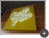 Produção do letreiro da academia de pilates iluminado por leds sobre a placa de ACM