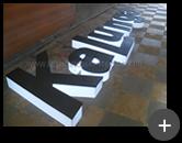 Fabricação do letreiro luminoso Kalunga e passagem da fiação para os leds