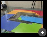 Letreiro luminoso em acrílico com impressão digital na parte frontal iluminado através de leds
