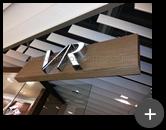 Letreiro luminoso com acrílico e leds instalado na fachada da loja de roupas Vila Romana