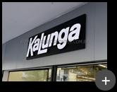 Letreiro luminoso de acrílico e leds instalado na fachada da loja Kalunga com requinte e sofisticação no ambiente