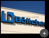 Instalação do letreiro luminoso na fachada da indústria Bottcher em acrílico iluminado por  leds