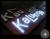 Letreiro luminoso com leds sendo produzido para a loja Kalunga