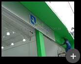 Letreiro luminoso para oficina automotiva em acrílico com iluminação através de leds e fiação embutida sendo instalado