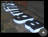 Produção das letras do letreiro luminoso com leds da loja Kalunga