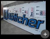 Produção do letreiro luminoso de acrílico e leds e passagem da fiação instalada por trás do letreiro - Indústria Bottcher