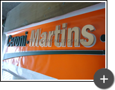 Confecção do letreiro da advocacia em acrílico pintado nas cores douradas e verde para o escritório Ceroni Martins
