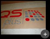 Letreiro de acrílico cristal sendo produzido com recorte a laser e adesivo colorido colocado na parte de trás para a empresa HQS Plus