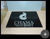 Letreiro com placa de acrílico preto 8mm com logotipo e letras em acrílico preto com a frente espelhada para empresa Chama Gourmet