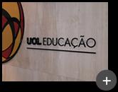 Letreiro em acrílico cristal com impressão uv instalado em ambiente interno na empresa UOL - Universo On line na área da Educação