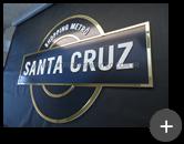 Letreiro de acrílico para o Shopping Santa Cruz com vinil, adesivo e bordas sobrepostas em acrílico dourado e letras na cor branca sobreposta