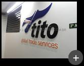 Letreiro com letras e logotipo em acrílico com pintura e impressão digital para empresa Tito - Global Trade Services