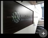 Letreiro de acrílico preto com a frente espelhada de 10mm com recorte a laser para empresa Ricardo Viveiros & Associados - Oficina de comunicação.