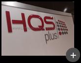 Letreiro de acrílico cristal com letras e logotipo recortado a laser com adesivo colorido na parte de trás, instalado para empresa HQS Plus