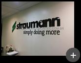 Letreiro do escritório em acrílico da Straumann - Produtos odontológico com corte a laser e adesivo sobreposto na cor verde em seu logotipo