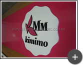 Letreiro de acrílico com letras nas cores preta e logotipo no formato de flor