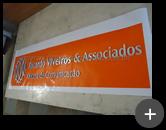 Letreiro com letras de acrílico com corte a laser para oficina de comunicação e frente espelhadada