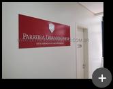 Letreiro de placa de acrílico com adesivo e letras em acrílico branca recortadas a laser instalado para sociedade de advogados Parreira Davanzo Garcia