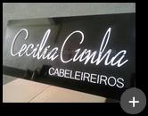Letreiro com placa de acm preta com letras em acrílico branco recortadas a laser - Cabeleireiros Cecília Cunha
