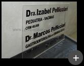 Letreiro com a placa de acrílico cristal 10mm e letras em acrílico preto recortadas a laser