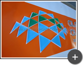 Logotipo produzido em acrílico cristal e vinil aplicado por trás do acrílico