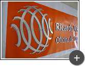Produção do logotipo espelhado em acrílico para o letreiro da empresa Ricardo Viveiros & Associados - Oficina de comunicação.
