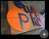 Fabricação de letras em diversas cores em aço galvanizado para o letreiro interno da loja de roupas de rua