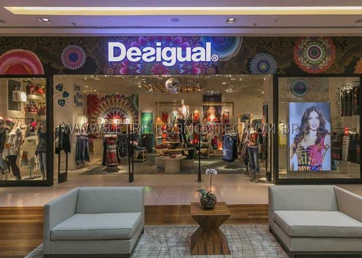 70c676f58 ... Letreiro luminoso para rede de lojas de roupas do Shopping instalado na  fachada. A Letreiros