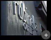 Letreiro da fachada da loja Rubinella em aço inox escovado instalado
