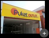 Letreiro da fachada da loja de roupas outlet de rua da Puket Outlet em aço galvanizado com pintura instalado em área externa.