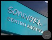 Letreiro da rede de lojas de aparelhos auditivos Sonivox fabricado em inox polido sobre fachada de ACM