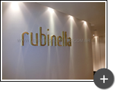 Letreiro em ambiente interno na loja de roupas femininas da Rubinella em latão polido com requinte e sofisticação