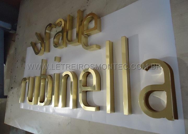 b57a094e5 ... Fabricação do letreiro para rede de lojas de roupas femininas da  Rubinella em latão polido ...