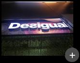 Preparação da luminosidade no letreiro para a rede de lojas de roupas no Shopping da Desigual