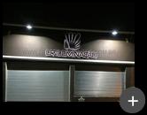Letreiro da loja LR Iluminação em aço inox polido com iluminação através de leds
