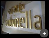 Produção do letreiro para a fachada da rede de lojas de roupas Rubinella com as letras de latão polido