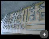 Fabricação do letreiro para a loja de roupas Rubinella, produzido em aço inox escovado