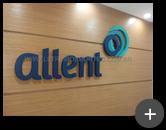 Letreiro galvanizado com logotipo inovador em formato circular e instalado no escritório da Allent